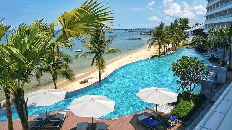 View nhìn bể bơi từ các phòng nghỉ