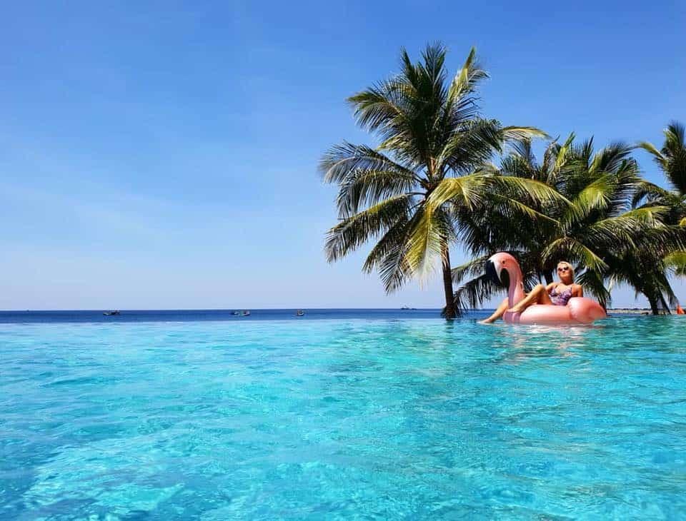 Tận hưởng cảm giác trên là trời, dưới là biển, bao la và không giới hạn tại bể bơi vô cực