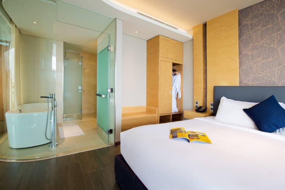Phòng tắm với vách ngăn từ thủy tinh cao cấp đầy ấn tượng