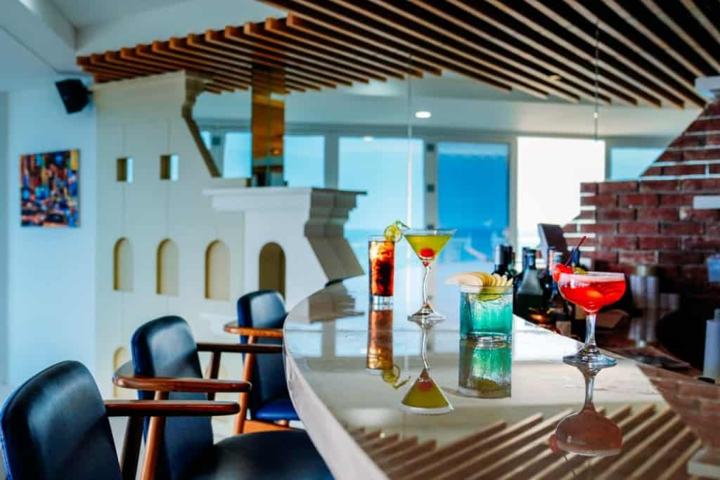 Không gian ấm cúng với các đồ uống đầy màu sắc của Anchor Bistro