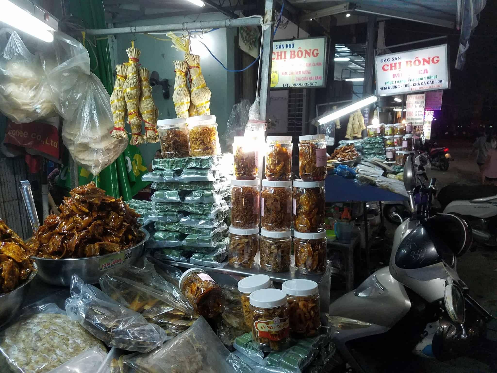 Tìm mua đặc sản Quy Nhơn ngay tại phố Ngô Văn Sở - Nguồn ảnh: Internet