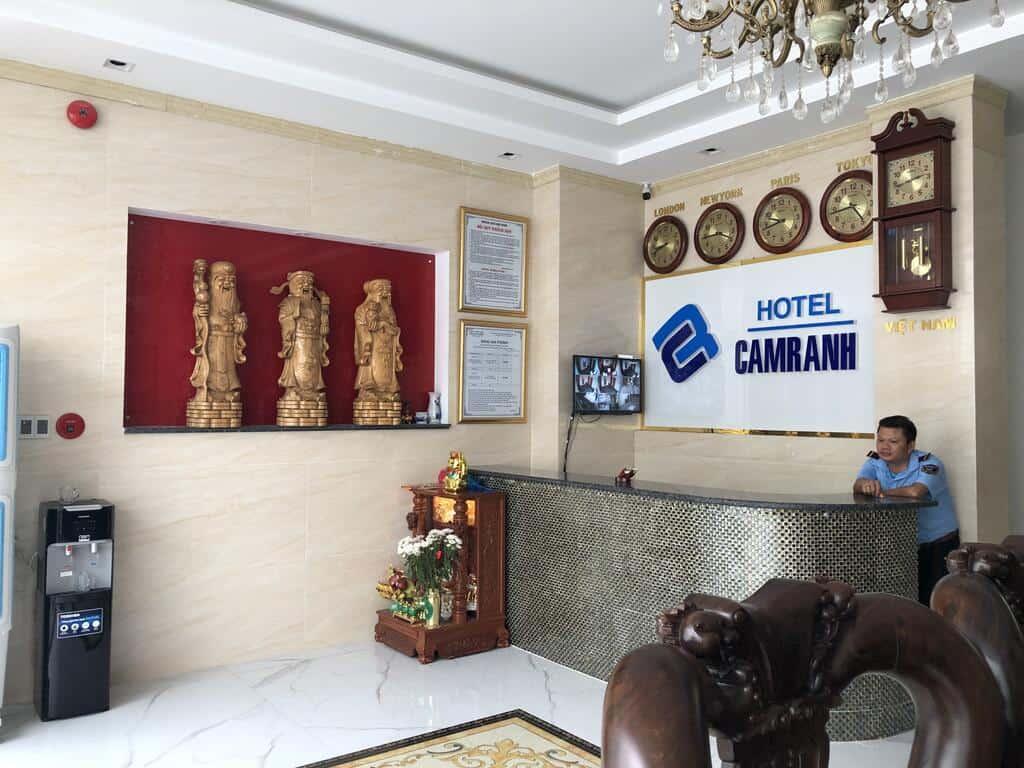 Quầy lễ tân phục vụ 24 giờ của khách sạn Cam Ranh 2