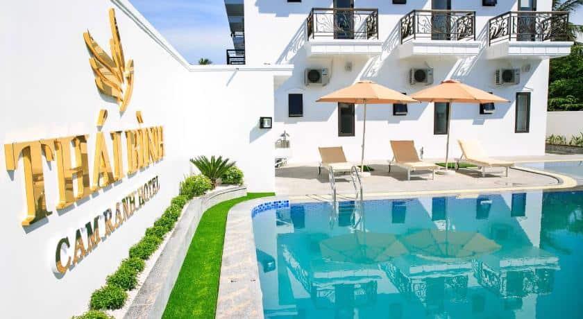 Khu bể bơi và tắm nắng tại Thái Bình Cam Ranh hotel
