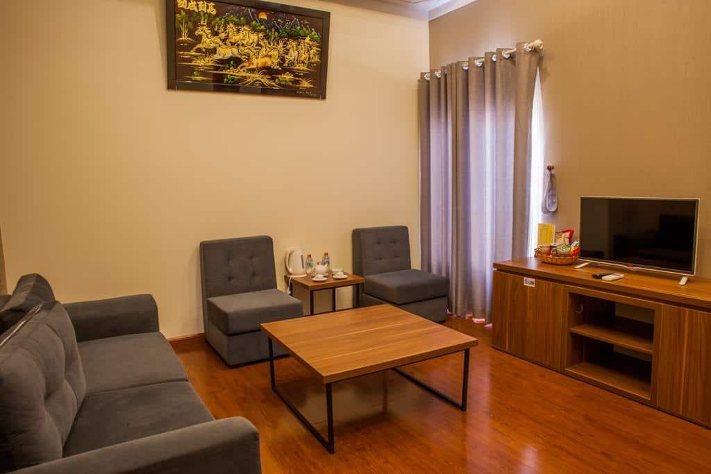 Phòng VIP của Triều Khang hotel có phòng khách hiện đại và thông thoáng