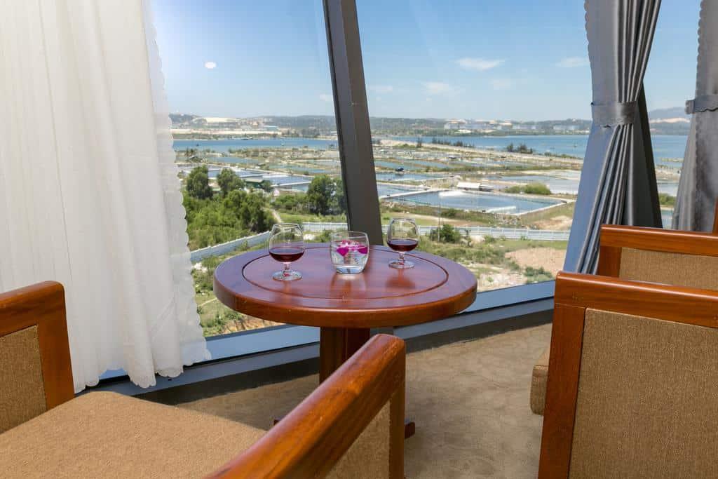 Ngắm nhìn quang cảnh thành phố Cam Ranh từ phòng nghỉ khách sạn