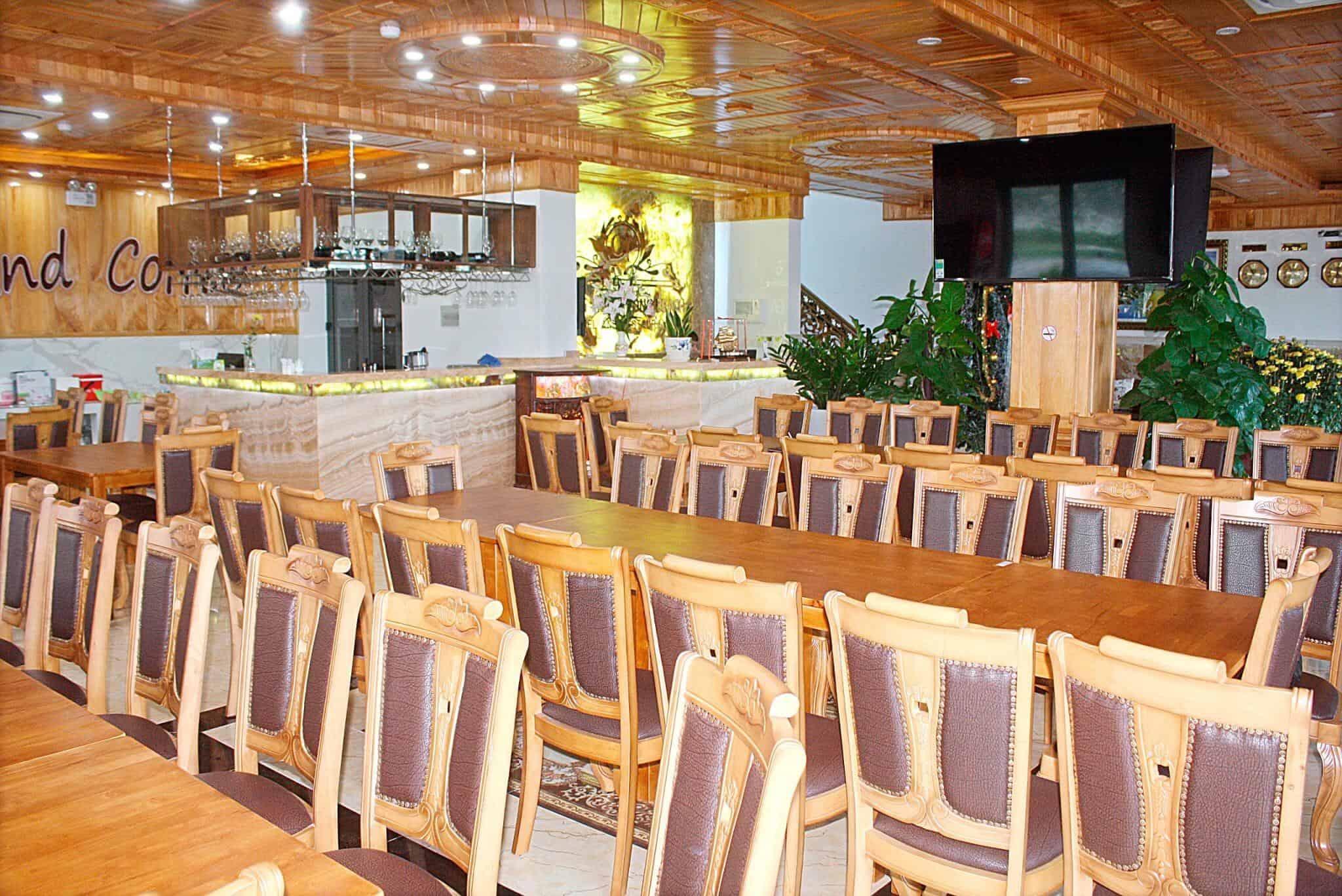 Nhà hàng rộng rãi bên trong khách sạn