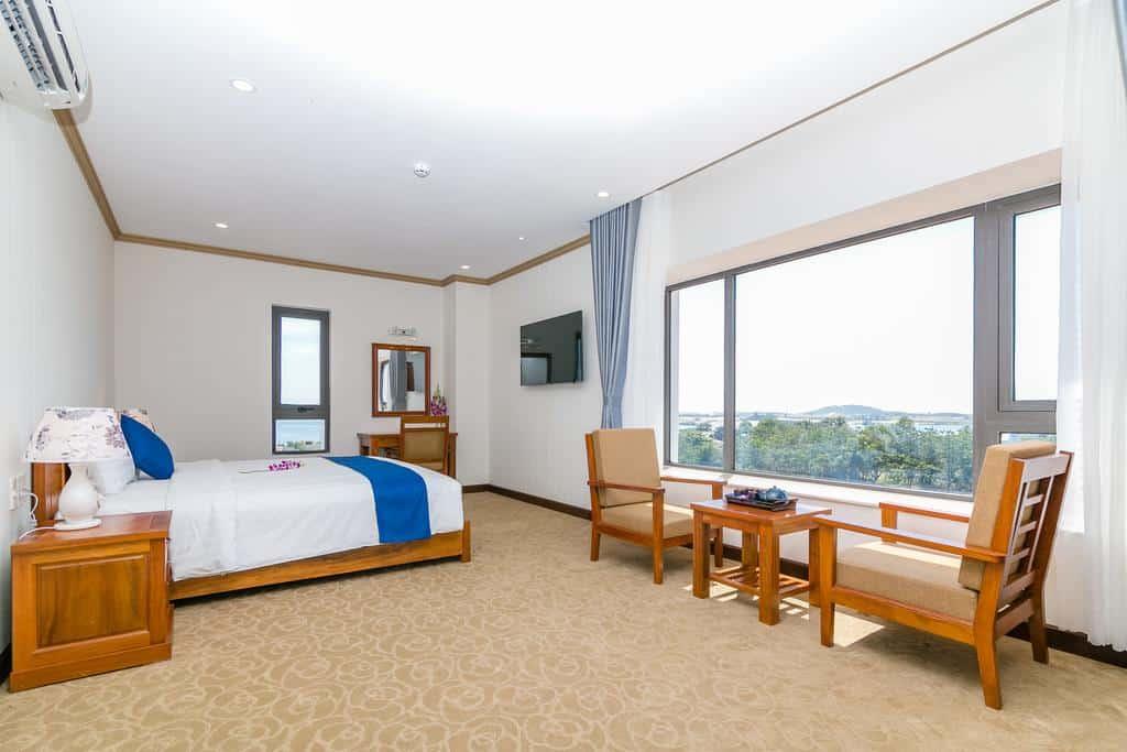Bài trí nội thất thoáng mát trong phòng nghỉ của khách sạn