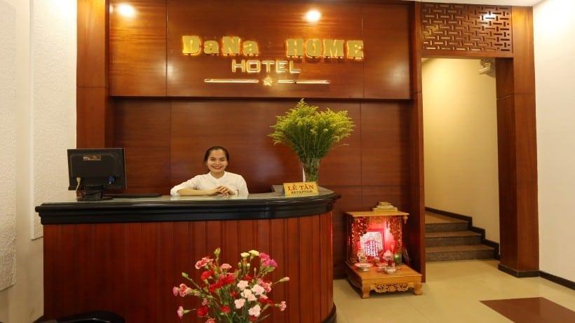 Quầy lễ tân với nhân viên thân thiện của Dana Home Hotel