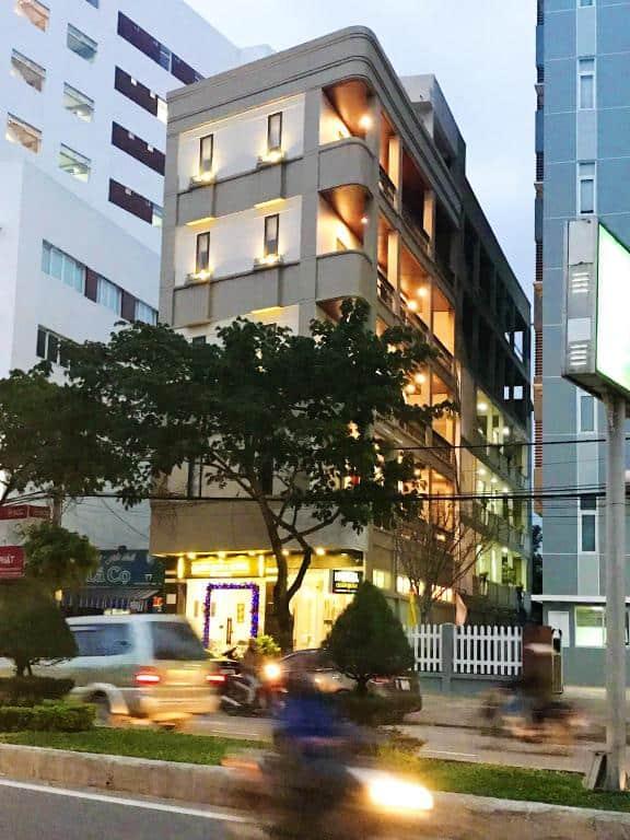 Khách sạn nằm gần sân bay Đà Nẵng và trên con phố nhộn nhịp