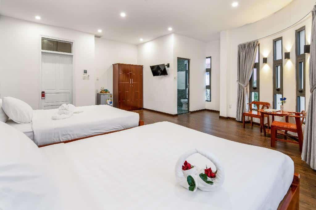 Phòng ngủ rộng rãi, thoáng mát của khách sạn