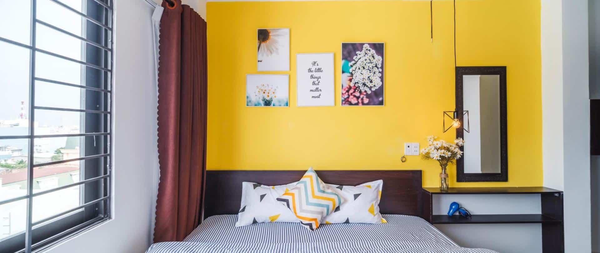 Phòng ngủ đơn được trang trí với màu sắc tự nhiên, tươi sáng