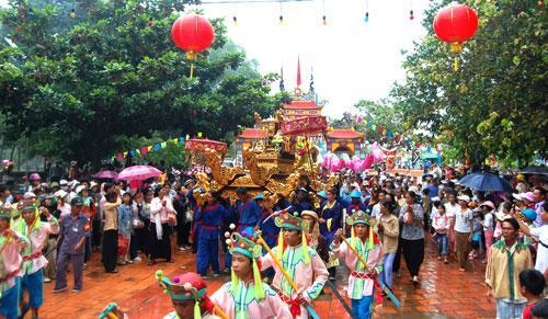 Lễ hội Làng Chuồn diễn ra vào tháng 7 âm lịch ở Huế - Nguồn ảnh: Internet