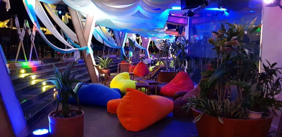 hông gian mát mẻ ngay bên cảnh bãi biển, địa điểm vui chơi về đêm ở Quy Nhơn cực hot - Nguồn ảnh: Internet
