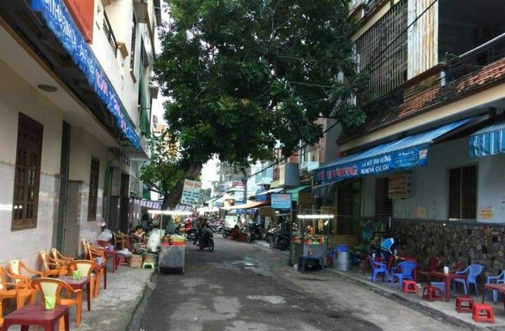 Phố Ngô Văn Sở - Con đường nhỏ nhưng ẩn chứa cả thiên đường ẩm thực thu hút thực khách - Nguồn ảnh Internet