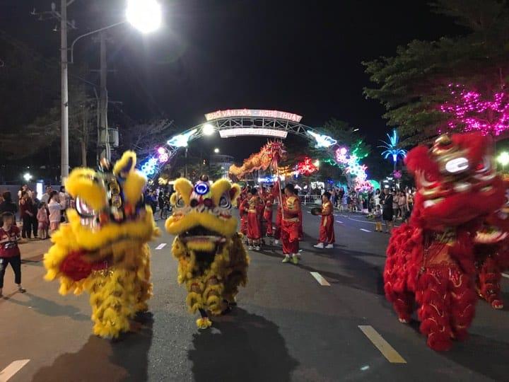 Múa lân sư rồng đặc sắc phục vụ du khách tại phố Lê Đức Thọ - Nguồn ảnh: Internet
