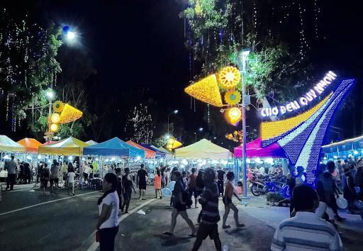 Chợ đêm Quy Nhơn thu hút du khách ghé thăm khi màn đêm buông xuống - Nguồn ảnh: Internet