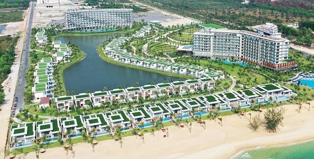 Bãi biển với cát trắng trải dài gây thương nhớ tại Mövenpick Resort Waverly Phú Quốc