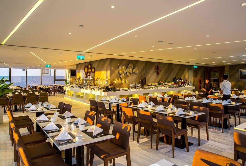 Không gian nhà hàng sang trọng nằm trên tầng 28 của khách sạn