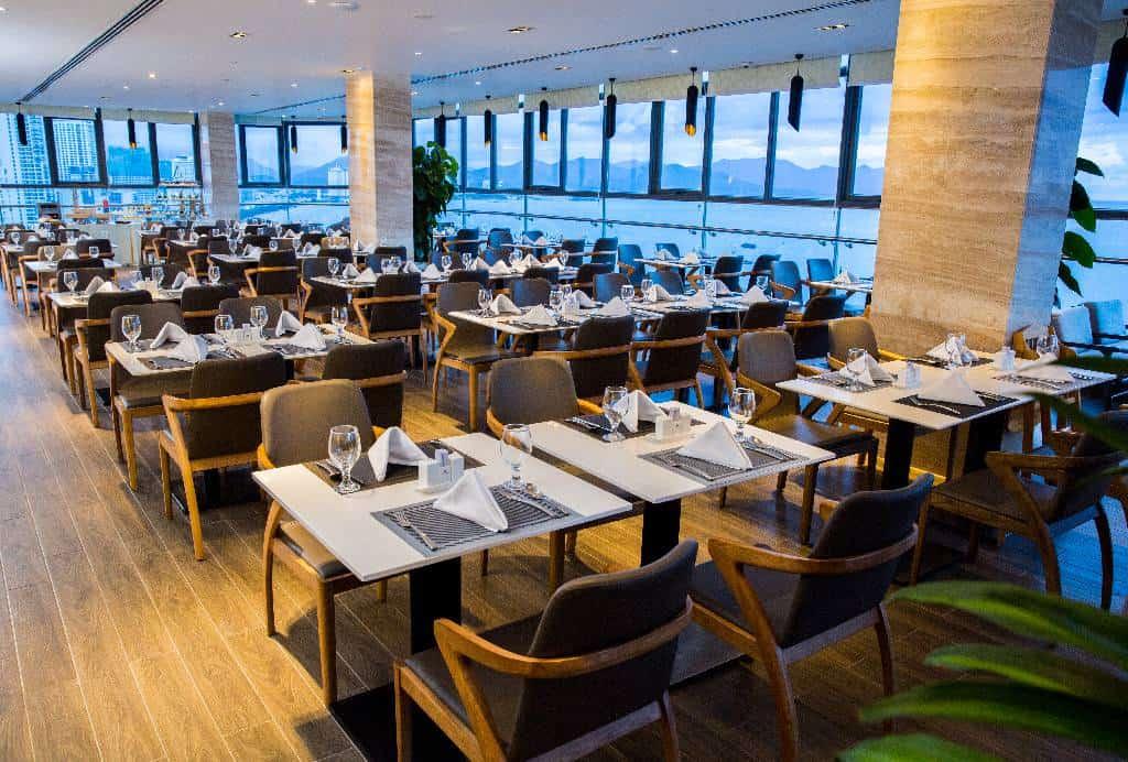 Nhà hàng Ocean Queen là một lựa chọn cho du khách muốn thưởng thức hải sản đặc trưng ngay tại khách sạn