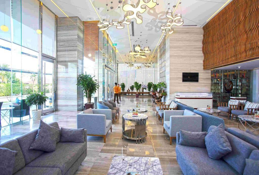 Sảnh chính là một không gian giao hòa giữa nội thất sang trọng, tinh tế và một chút mộc mạc của chất liệu tự nhiên. Ảnh: queenannnhatrang.com