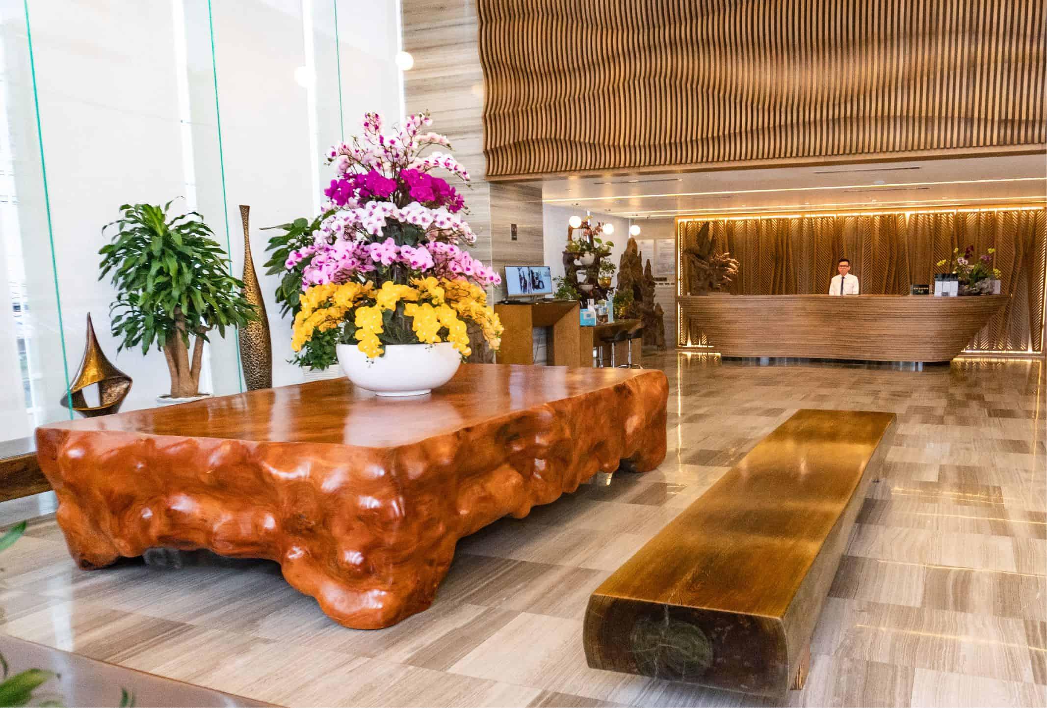Những chi tiết nội thất bằng gỗ tự nhiên vừa mang đến vẻ sang trọng lại gần gũi và thân thiện.