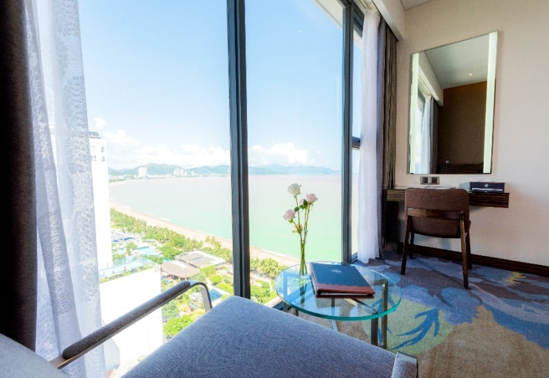 View nhìn ra cảnh Vinh Nha Trang xinh đẹp tại ban công phòng nghỉ