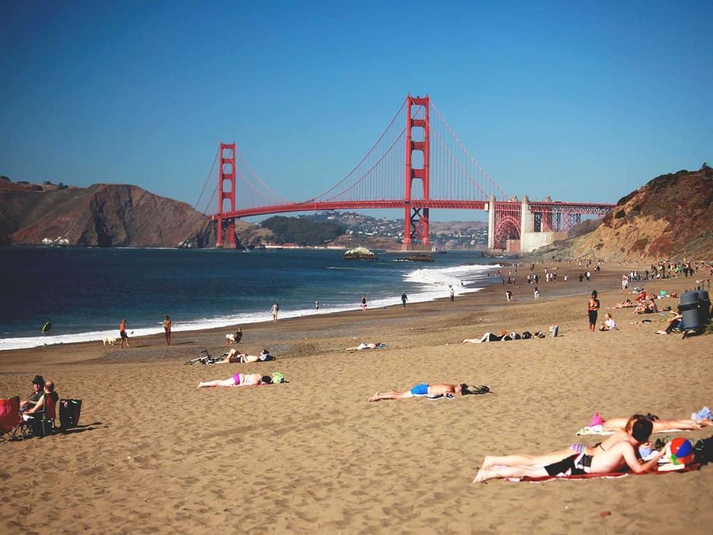 """Những bãi biển """"khỏa thân, tắm không mặc quần áo"""" độc lạ trên thế giới"""
