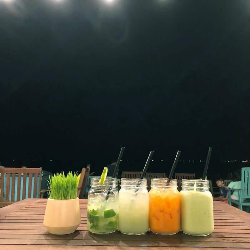 Đa dạng các loài đồ uống vừa thưởng thức vừa ngắm biển vô cùng lãng mạn - Nguồn ảnh: Internet