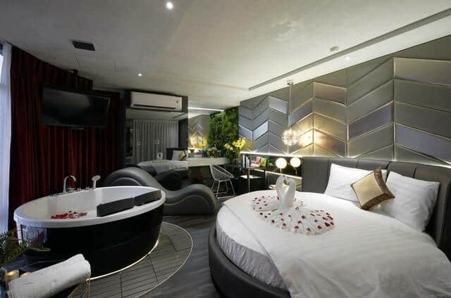 Phòng nghỉ với tông màu đen-trắng vừa hiện đại vừa bí ẩn khiến các cặp đôi chìm trong cuộc yêu
