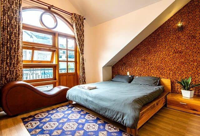 Phòng nghỉ thiết kế lãng mạn với ghế tình yêu tantra tại The Windy BnB 2