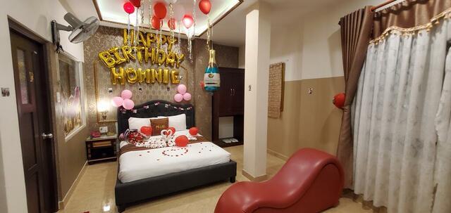 Phòng dành cho các cặp đôi được trang trí theo yêu cầu của du khách với ghế tình yêu tantra