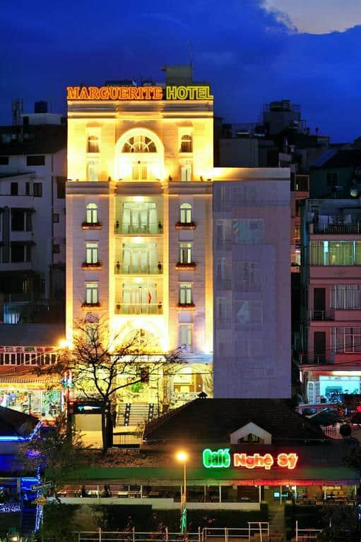 Khách sạn Marguerite Hotel với vẻ ngoài hiện đại tọa lạc trên con đường Nguyễn Chí Thanh.
