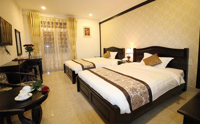 Phòng Superior 2 giường đơn với tông màu trầm