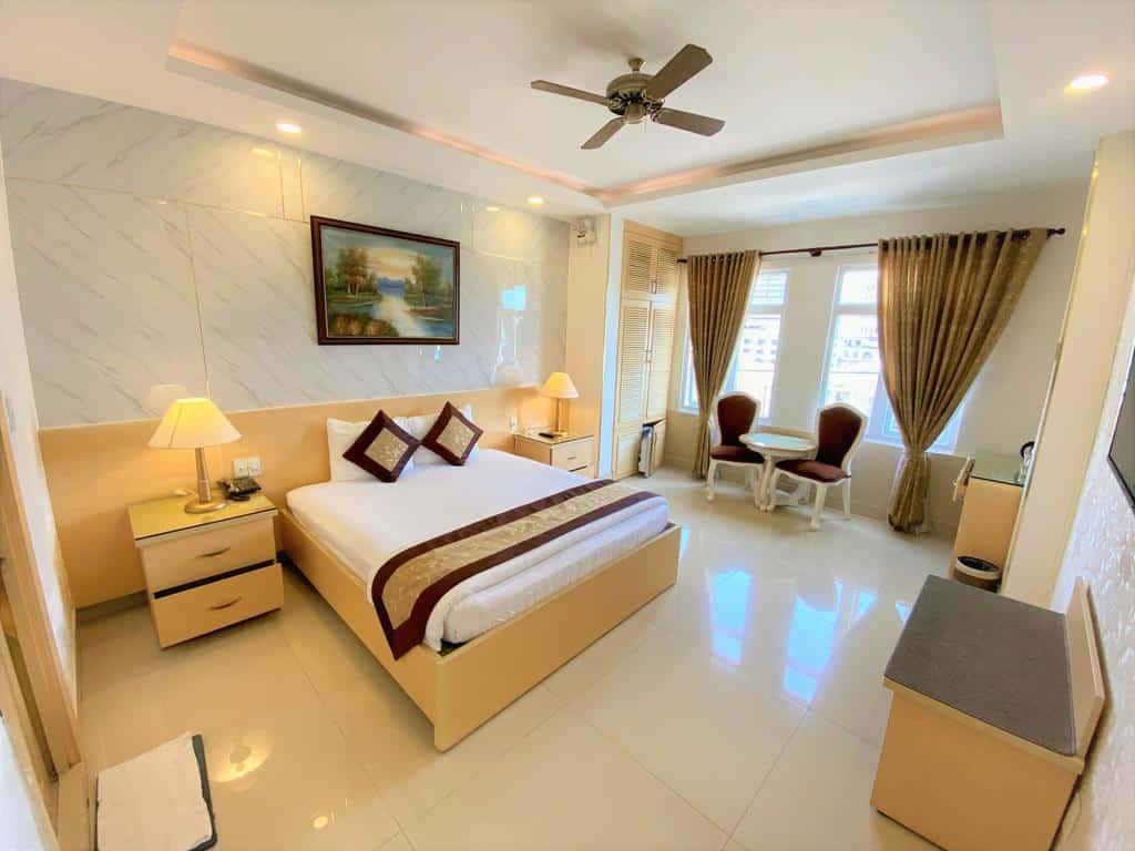 Phòng nghỉ rộng rãi với khung cửa sổ giúp tận hưởng không khí thoáng đãng