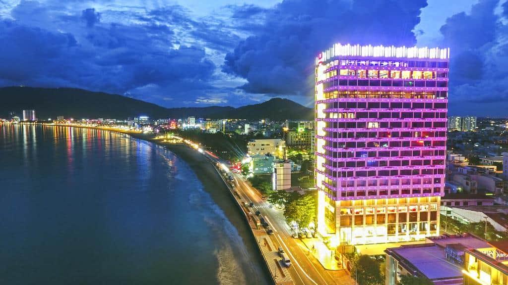 Khách sạn Hương Việt tọa lạc ngay cạnh bãi biển Quy Nhơn nổi tiếng