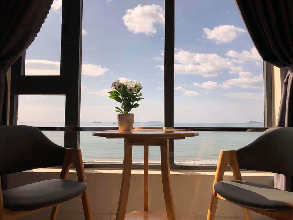 Khung cảnh lãng mạn bên cửa sổ với tầm nhìn ra biển khi nghỉ tại Thiên Hải 2 Hotel