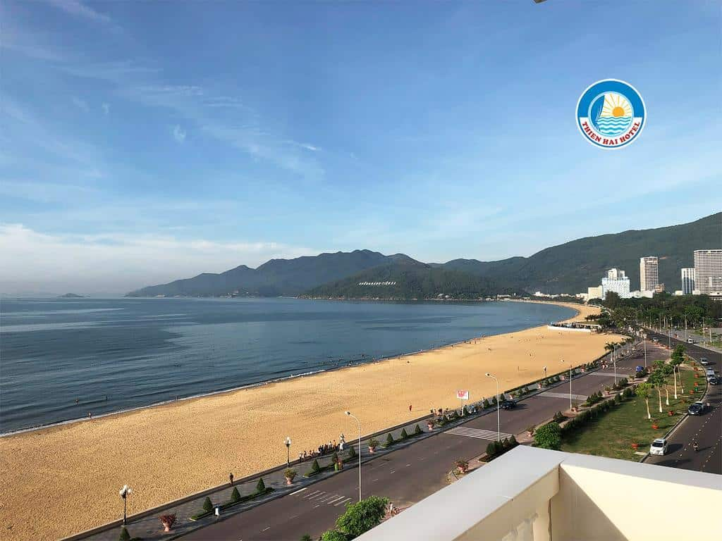 Lợi thế của khách sạn Thiên Hải 2 là nằm liền kề bãi biển đẹp của Quy Nhơn