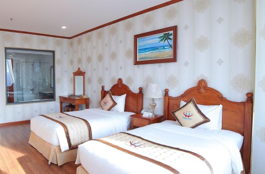 Phòng Deluxe Twin với 2 giường đôi trong một không gian thoáng sáng, tiện nghi