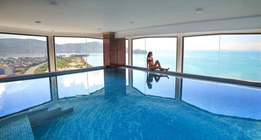 Bể bơi nằm ngay trong khuôn viên khách sạn là một địa điểm thư giãn tuyệt vời cho du khách