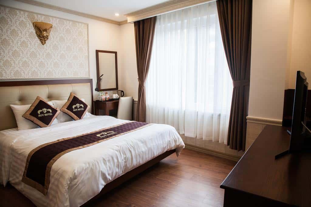 Tông màu nâu trầm mang đến vẻ sang trọng, tiện nghi cho các phòng nghỉ