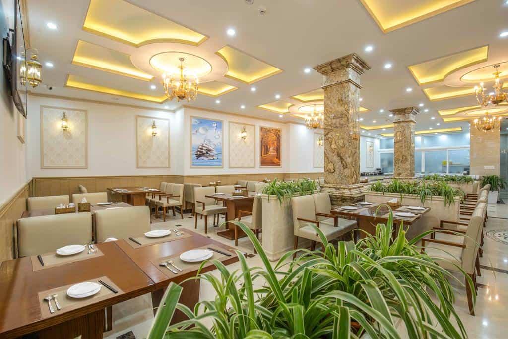 Không gian nhà hàng rộng rãi, phục vụ mọi nhu cầu ẩm thực của du khách.