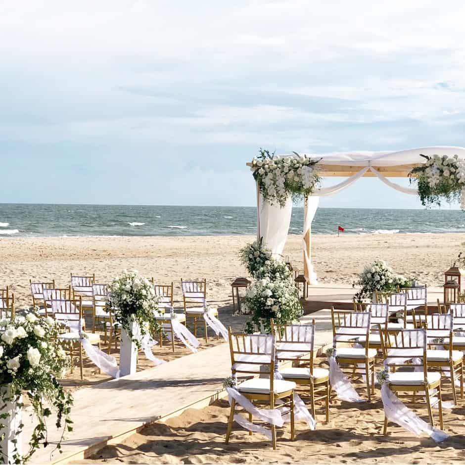 Du khách có thể tổ chức những bữa tiệc cưới lãng mạn ngay trên bãi biển của khách sạn