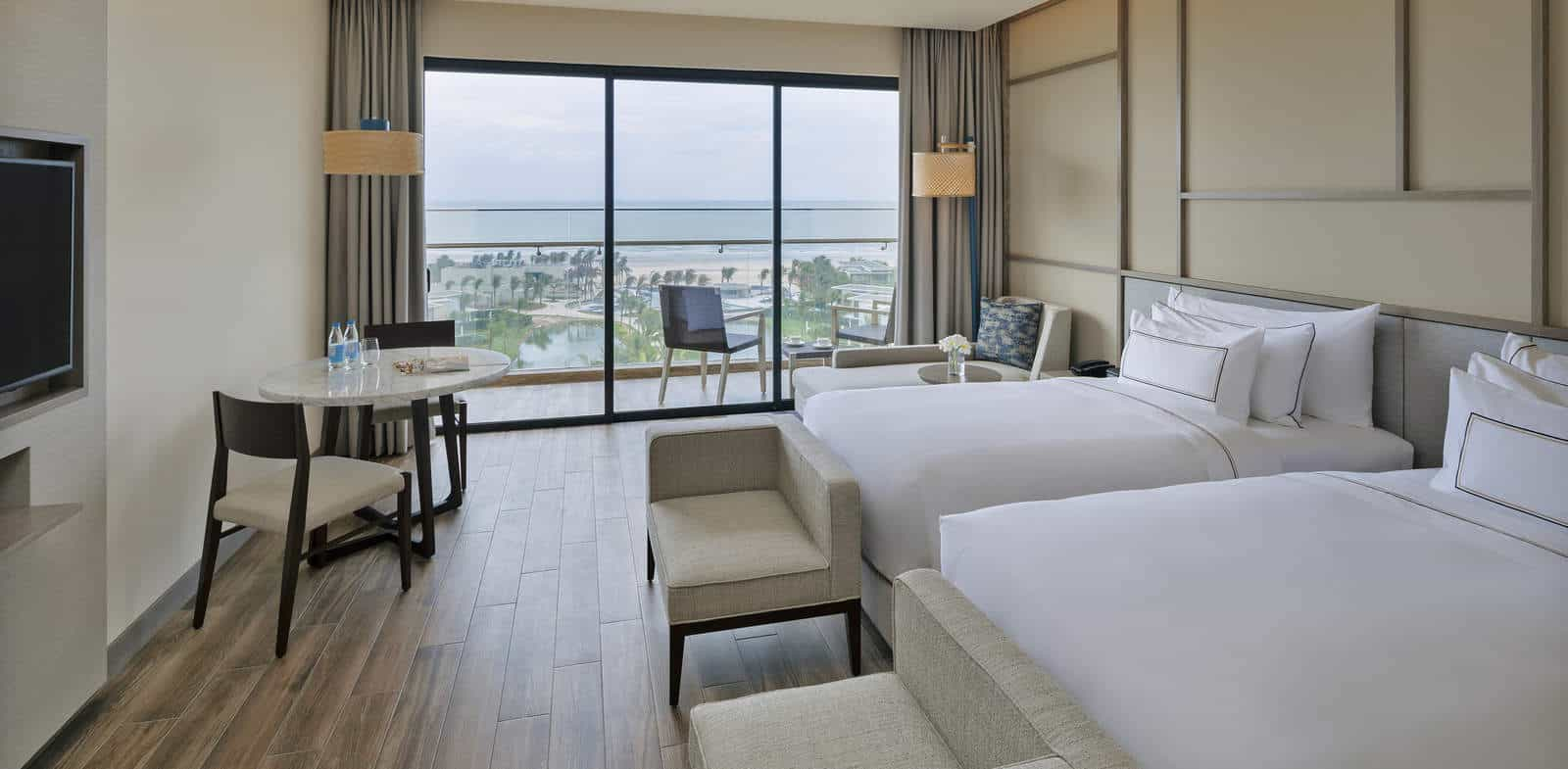 Suit gia đình nhìn ra đại dương với phòng ngủ rộng rãi, sang trọng