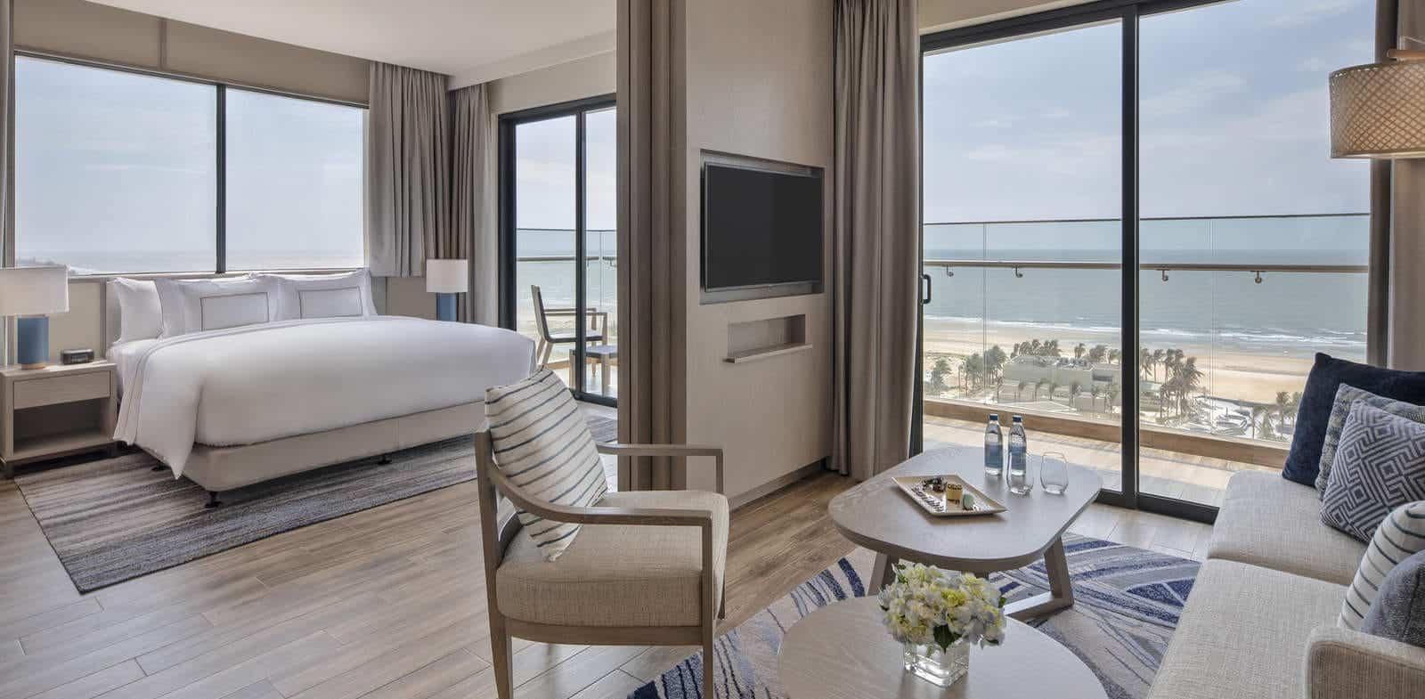 Suit 2 phòng ngủ sở hữu ban công rộng thoáng có tầm nhìn ra biển