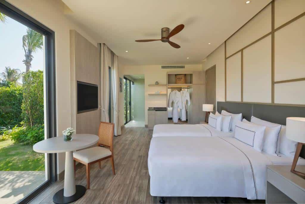 Phòng Supreme có 2 giường đôi nhìn ra khu vườn