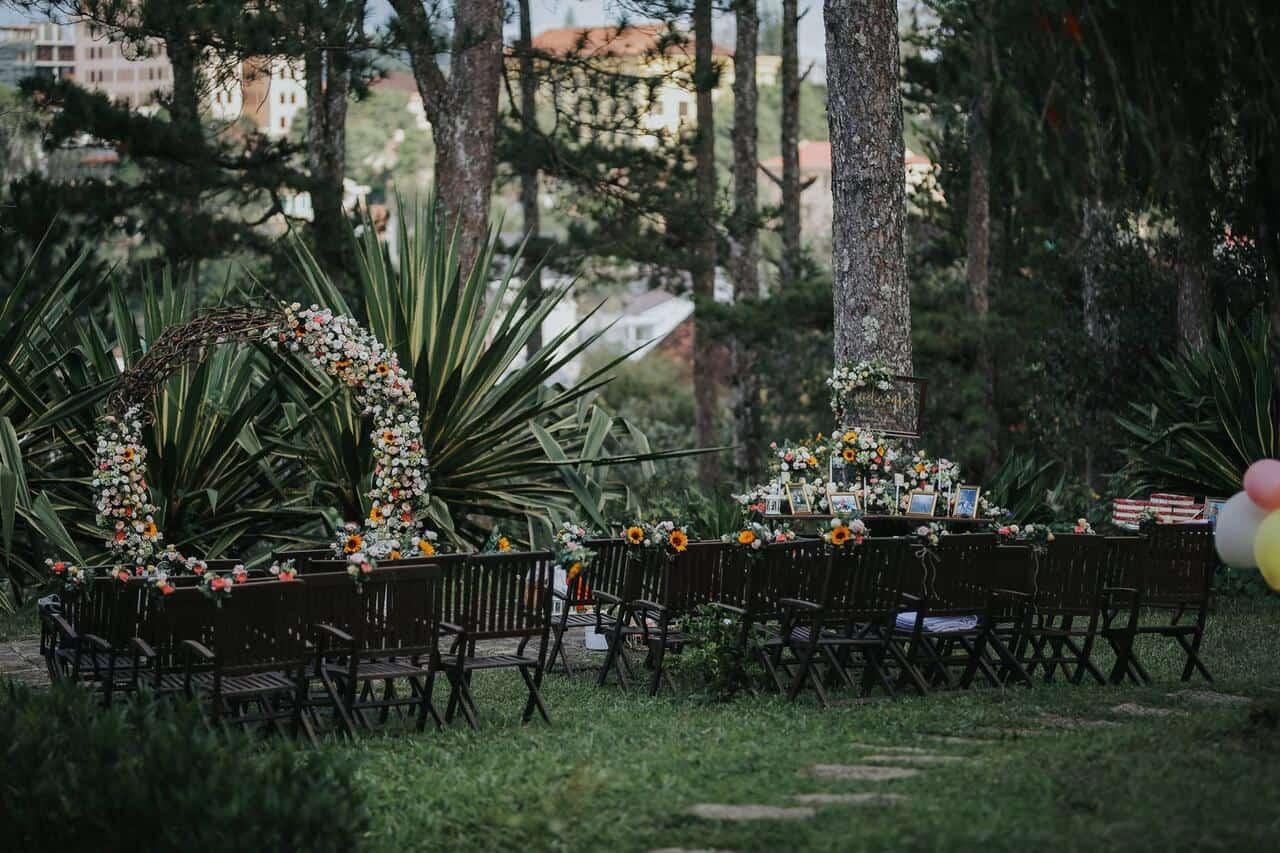Tiệc cưới được bày trí đơn giản nhưng vẫn toát lên sự sang trọng