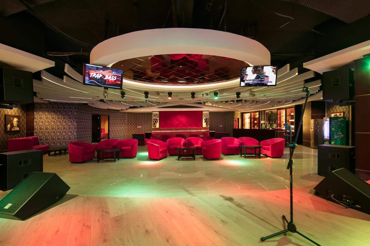 Phòng karaoke rộng rãi, thiết bị âm thanh hiện đại