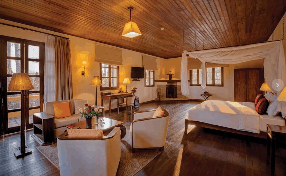 Phòng Villa Suite rộng rãi, tiện nghi sang trọng mang vẻ hoài cổ