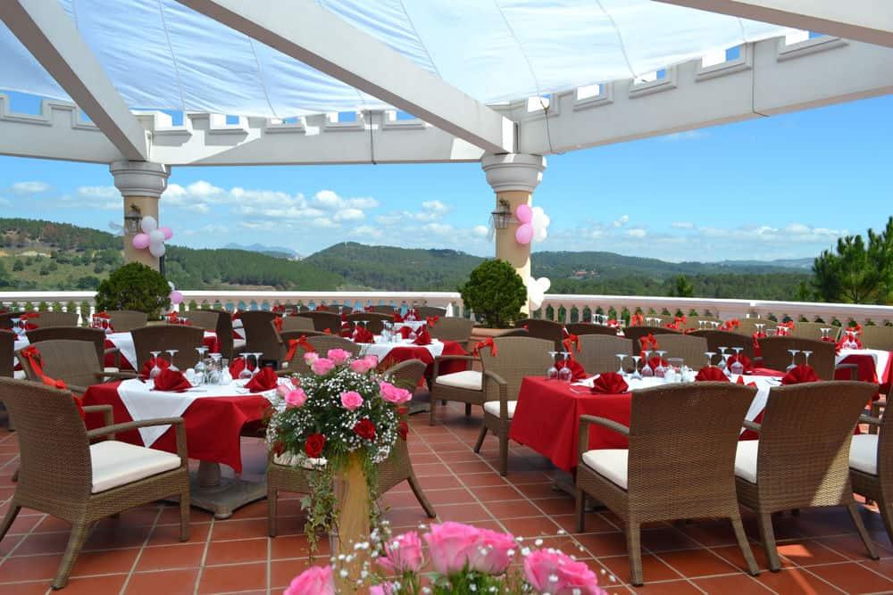 Tiệc cưới lãng mạn được tổ chức tại tầng thượng Panorama