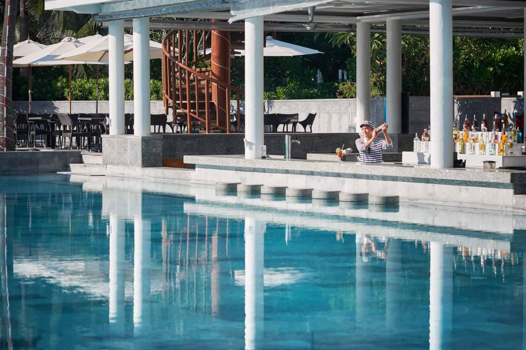 Quầy bar Nautica Beach bên cạnh bể bơi